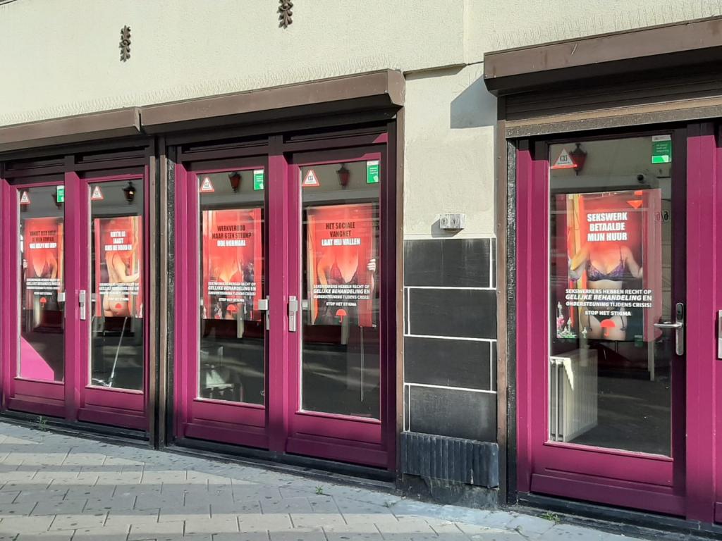 posters aan de raam in Den Haag